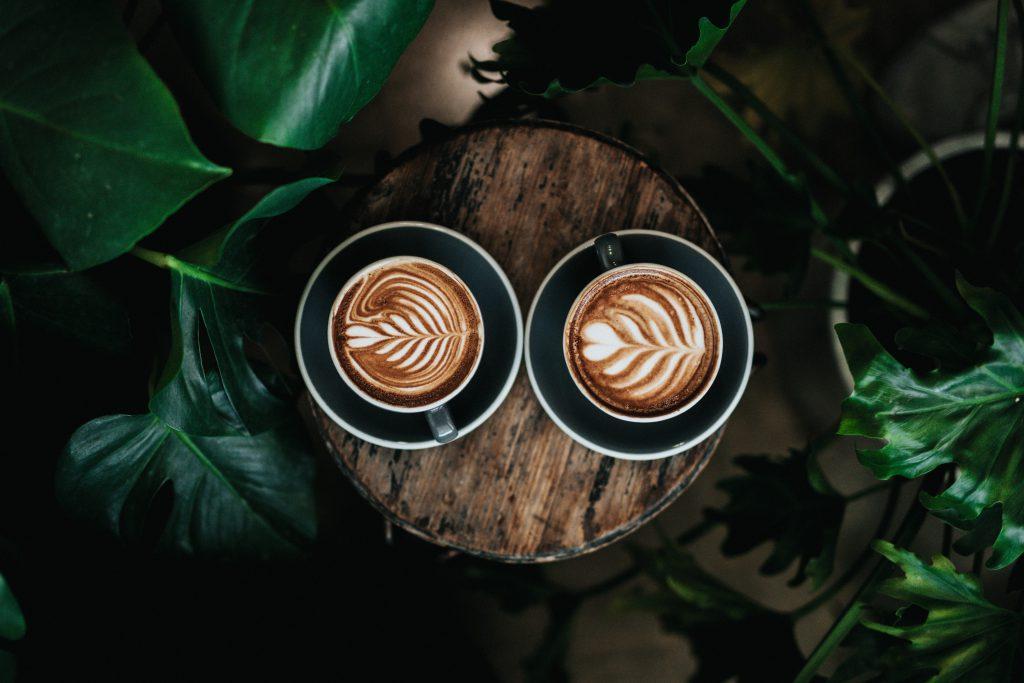 Koffie op houten tafeltje Layana Paperclear