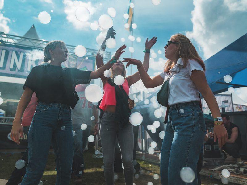 Lollapalooza Berlin 2018 festivalgangers met bellenblaas