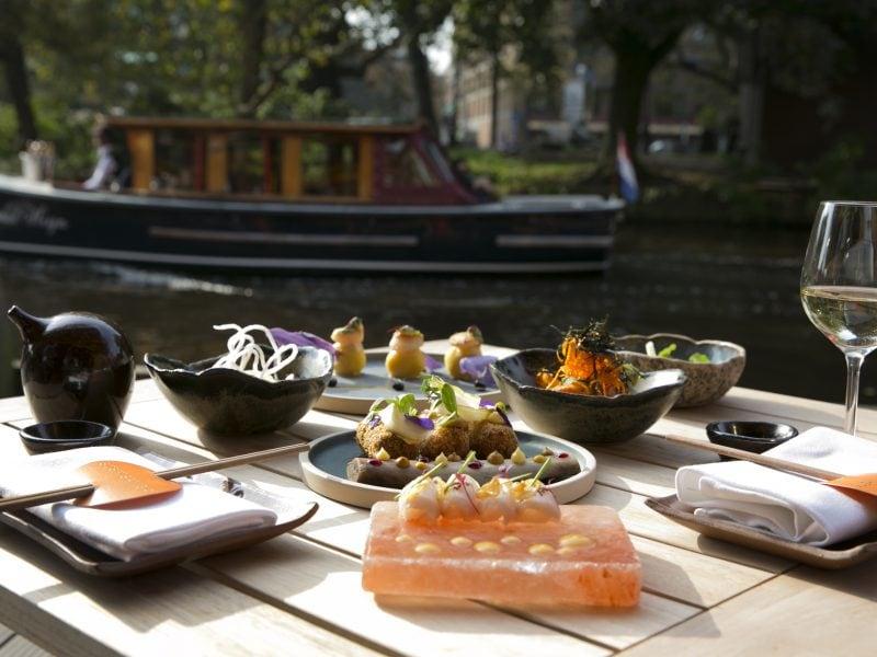 SushiSamba Amsterdam terras tafel vol eten en wijn