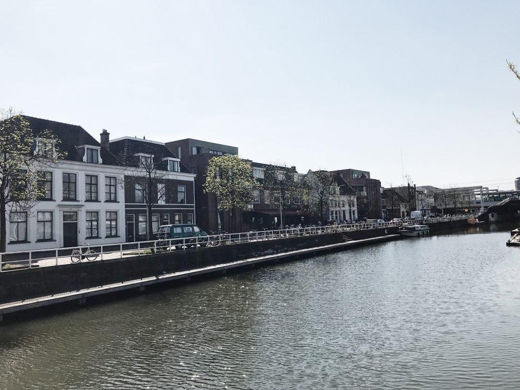 Terrassen aan het water in Utrecht bij Vaartsche Rijn