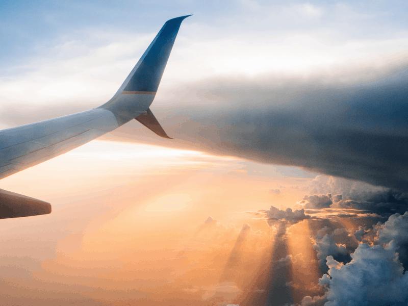 Vlucht vertraagd vliegtuig in de wolken