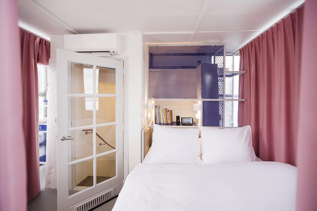 Westerdoksbrug roze gordijnen brughuisje SWEETS hotel