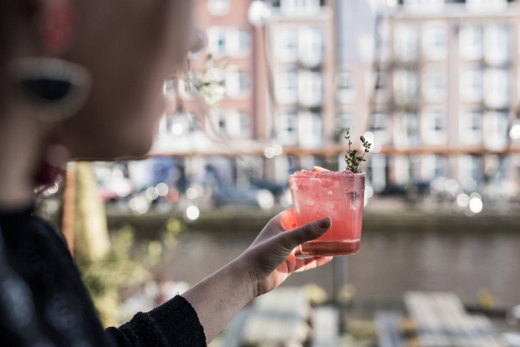 cocktail op terras Lokaal Edel Kiki Bosman